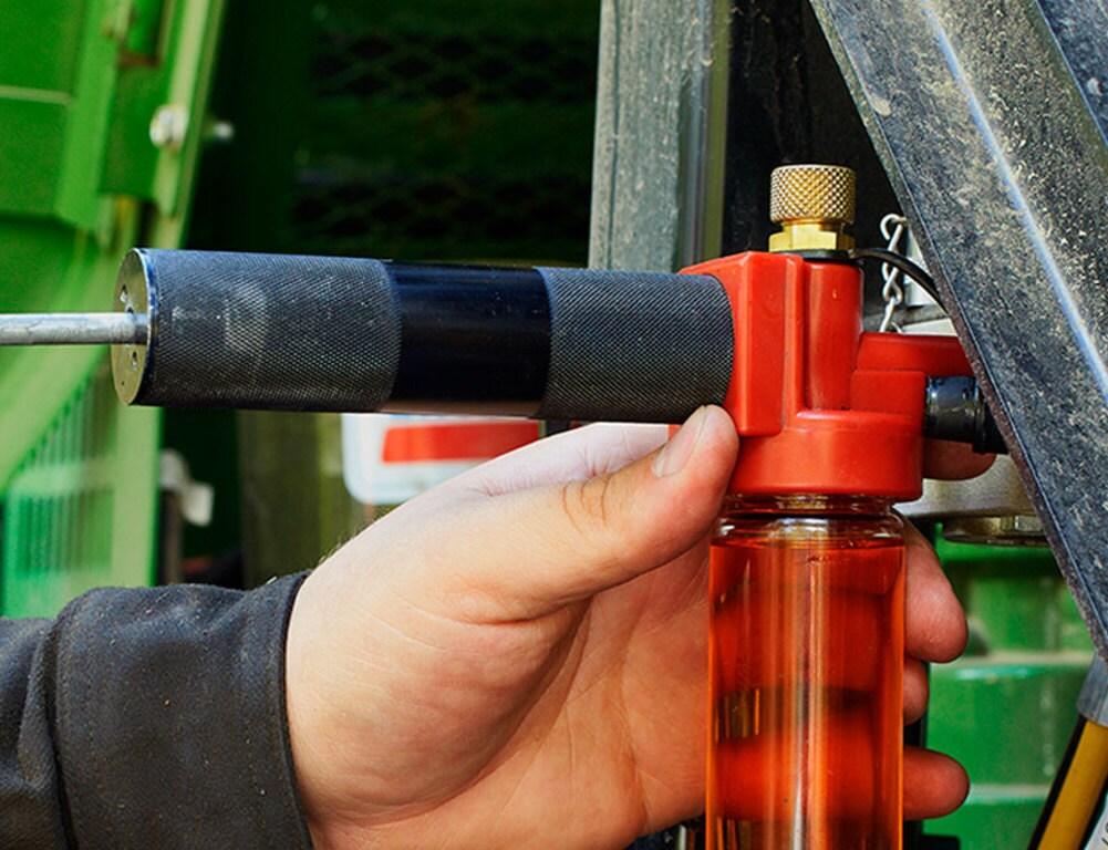 Regelbundna oljeprover hjäler till att analysera maskinens tekniska status.