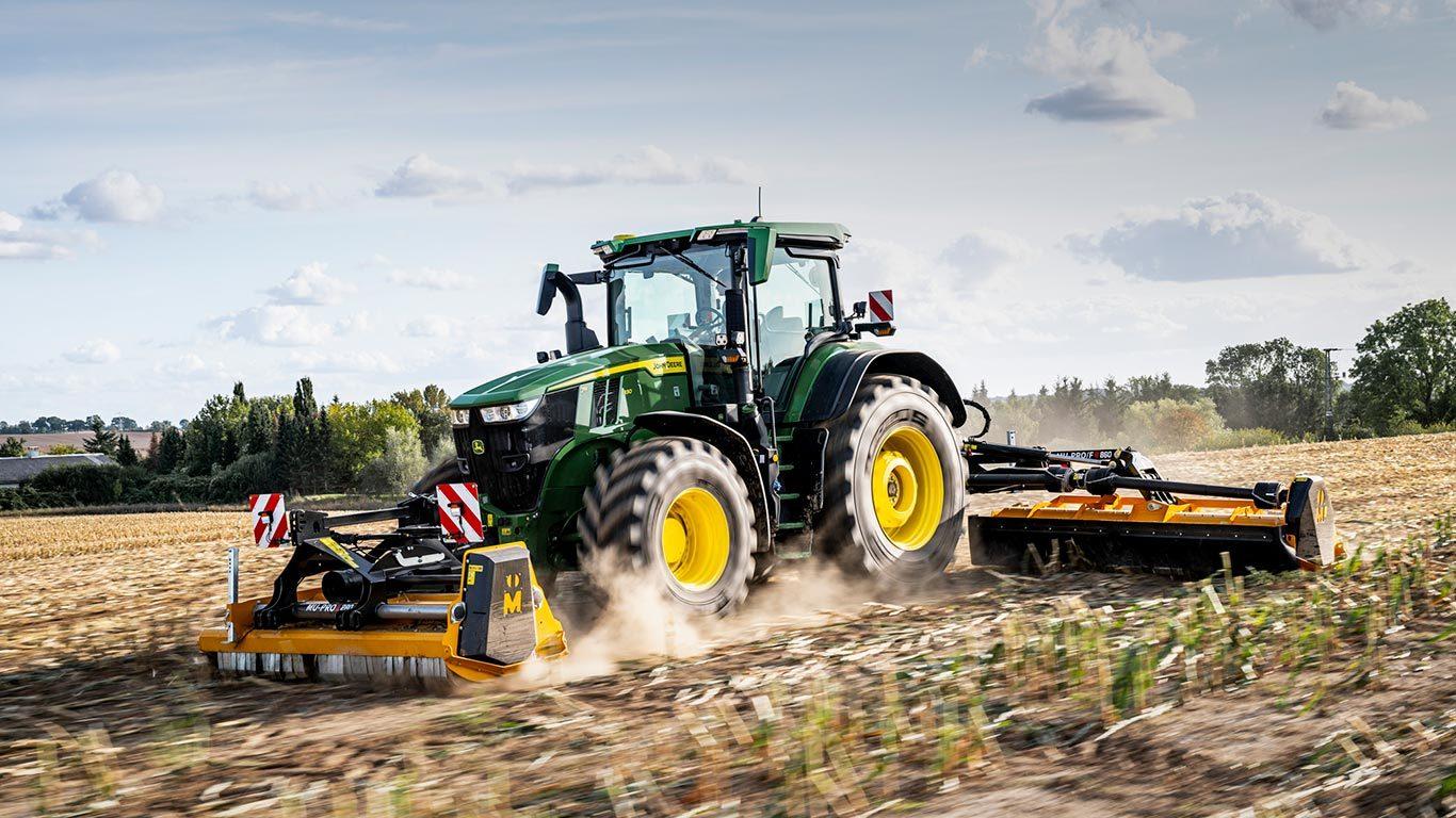 Kjører du stor traktor med tung redskap, der det er tungt å koble alene, vil jeg.